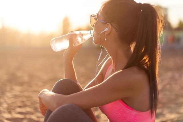 Kako se od flaširane vode gojimo? (foto: Popsugar)