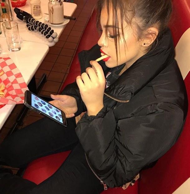 devojka-telefon-aplikacija