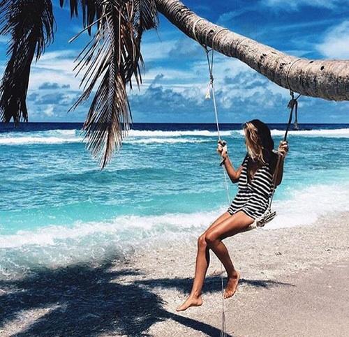 drevojka-more-plaža